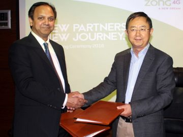 Mr Liu Dianfeng, Chairman & CEO Zong and Mr Shehryar Chishty, CEO Daewoo Pakistan Express Bus Service exchanging documents after signing an MoU for the provision of Zong 4G internet connectivity to Daewoo Buses, cabs and corporate offices.